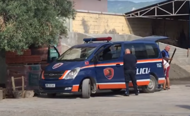 Ndodh edhe kjo! Polici me makinën e punës transporton hekura nëpër qytet (VIDEO)