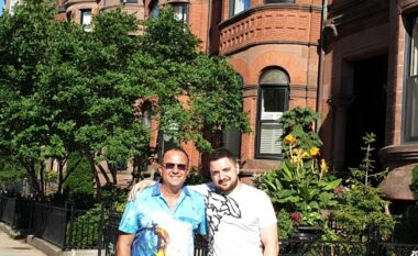 Ardit Gjerbea udhëton në SHBA, takohet pas një viti e gjysmë me djalin