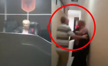 Goditën gjyqtarin pas seancës, arrestohen 3 vëllezërit në Vlorë (VIDEO)