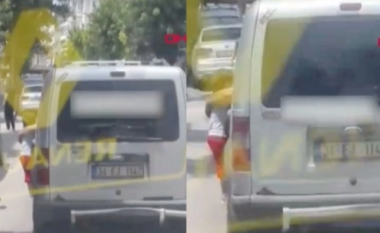 Var djalin 3-vjeçar në derën e makinës për ta ndëshkuar, videoja tronditëse bëhet virale në rrjet