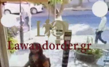 Tmerr në Greqi! 54-vjeçari arratiset nga psikiatria dhe sulmon 4 njerëz me thikë mes rrugës (VIDEO)