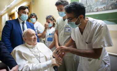 Del nga spitali Papa Françesku, si është gjendja e tij shëndetësore