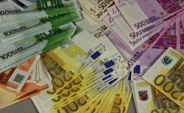 Kishte 100 mijë euro në bankë, gjykata i bllokon tre llogaritë të moshuarës nga Fieri