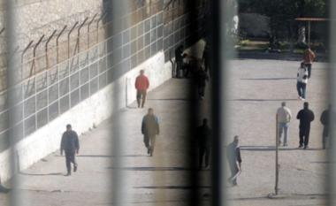 E FUNDIT/ Aksion në Vlorë, 100 efektivë futen brenda qelive të burgut