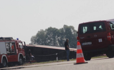 Nga 15 të miturit në autobus, një vajzë ndodhet në gjendje të rëndë