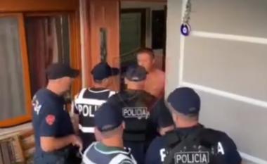 Pa rroba dhe të kapur në befasi, momenti i arrestimit të trafikantëve të drogës (VIDEO)