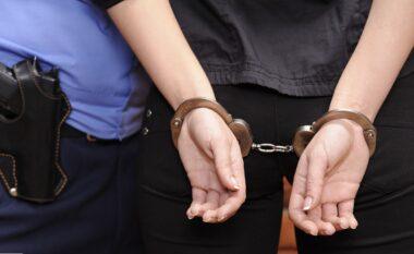 """Pjesë e grupit kriminal të shkatërruar para 8 viteve, arrestohet për """"vjedhje me dhunë"""" 31 vjeçarja"""