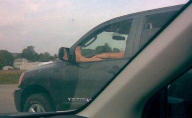 Nxorri këmbën në dritaren e makinës, gjobitet zyrtari në Kosovë