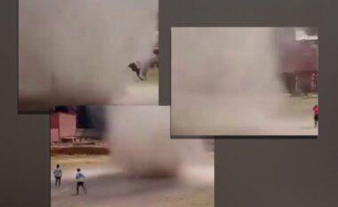 """""""Tornado"""" e papritur ndërpret ndeshjen e futbollit, merr lojtarin dhe e """"fluturon"""" në ajër (VIDEO)"""