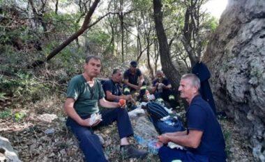 """""""Bukë, kripë dhe zemër të bardhë"""", zjarrëfikësit ulen së bashku për të ngrënë pasi fikën zjarrin në Dukat"""