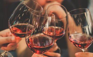 Pse njerëzit trokasin gotat prej shekujsh?