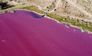 Shqetësohen banorët, laguna kthehet papritmas ngjyrë rozë (VIDEO)