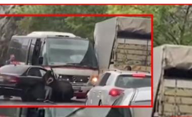 Aksident i trefishtë në aksin Elbasan – Librazhd, mikrobusi përplaset me dy automjete