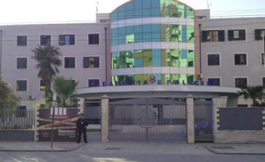 Rrahin një të ri dhe qëllojnë me armë në Durrës, 1 i arrestuar dhe 2 në kërkim