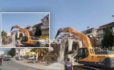 """Ishte ndërtuar pa leje, IKMT prish """"Kalin e Trojës"""" në Elbasan (VIDEO)"""