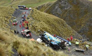 Rrëzohet autobusi, humbin jetën 24 pasagjerë në Bolivi