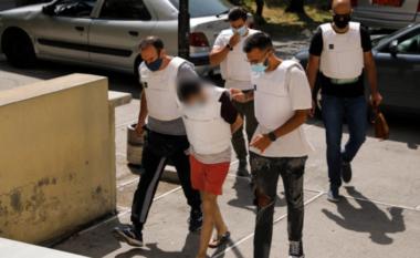 Me jelek anti-pumb dhe kokë ulur, del para gjykatës shqiptari që vrau gruan në Greqi