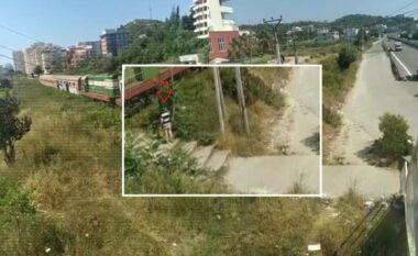 I shpëtoi vdekjes në sekond, i moshuari në Shqipëri për pak shtypet nga treni në lëvizje (VIDEO)