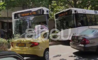 Aksident i frikshëm mes Tiranës, autobuzi plot pasagjerëpërfundon mbi trafikndarëse (VIDEO)