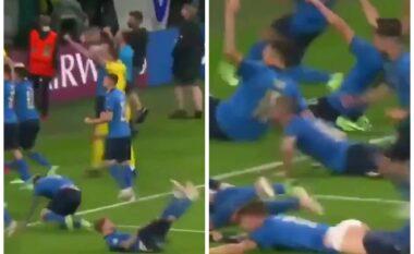 Mos e humbisni: Festa e lojtarëve të Italisë lë pa brekë sulmuesin (VIDEO)