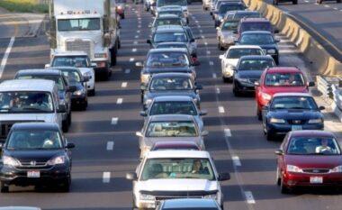 Pezullohet vendimi për taksën 5 euro të automjeteve të regjistruara, kallëzohet penalisht zëvendësministri