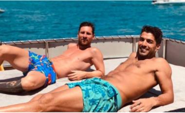 Tifozët e Barcelonës presin rinovimin, Messi e Suarez shijojnë pushimet në Ibiza (VIDEO)