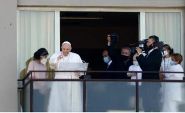 Nga ballkoni i spitalit ku është shtruar, Papa Françesku bekon besimtarët