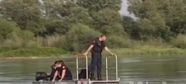 U mbyt teksa po lahej në lumin Buna, Policia nis kërkimet me varkë e polumbarë për trupin e 13-vjeçares