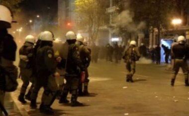 Protesta të dhunshme në Greqi kundër vaksinimit të detyruar, policia ndërhyn me gaz e ujë për të shpërndarë turmën