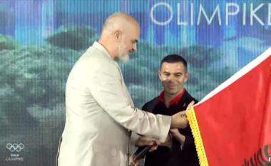 TOKIO 2020/ Rama i dorëzon flamurin ekipit olimpik: Rëndësi ka të jepni maksimumin (VIDEO)