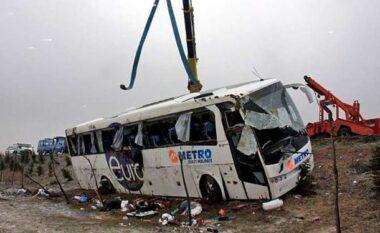 E FUNDIT/ Aksident i frikshëm në Gramsh, autobusi bie në përrua