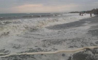EMRI/ Dallgët e detit i marrin jetën një pushuesi në Velipojë