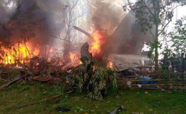 Rrëzohet dhe përfshihet nga flakët avioni ushtarak me 85 persona në bord