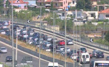 """""""Paralizohet"""" aksin Vorë – Fushë Krujë, vargu i makinave i kalon 15 km (VIDEO)"""