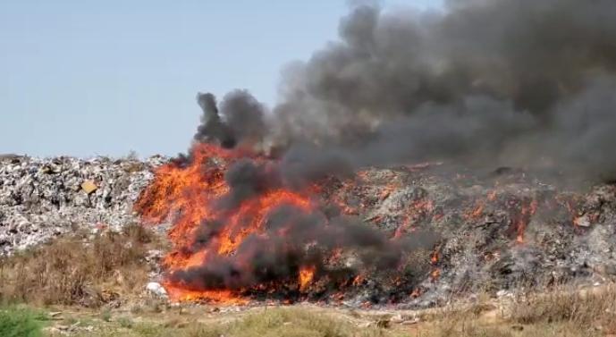 vijojne-te-digjen-mbeturinat-ne-fier-mjetet-e-tonazhit-te-rende-mbulojne-zjarrin-me-dhe