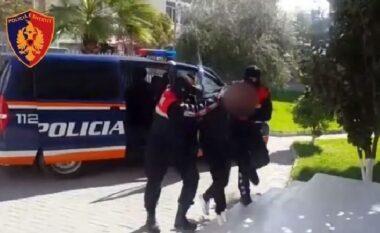 """Armë zjarri, fishekë e kokainë, arrestohet 26-vjeçari """"i rrezikshëm"""" në Durrës (VIDEO)"""