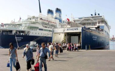 6 orë me vonesë? Çfarë po ndodh me tragetet në portin e Durrësit (FOTO LAJM)