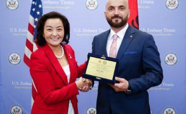 Ambasadorja Kim vlerëson me çmim drejtorin e anti-terrorit në Shqipëri
