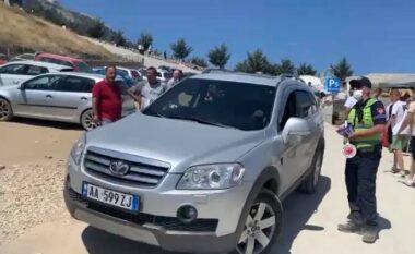Prej orësh në trafik! Qytetarët lanë makinat e u nisën në këmbë drejt Malit të Tomorrit, policia u bën thirrje të rikthehen