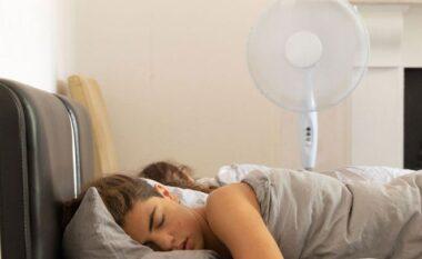 Pse nuk duhet të flemë me freskuesen ndezur
