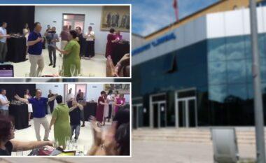 Rektori i Universitetit të Elbasanit kthen Bibliotekën në sallë dasmash (VIDEO)