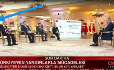 """Erdogani del bllof: Lexon përgjigjet me ekran pas shpinës së gazetarëve, """"Twitteri"""" nuk ia fal gabimin (VIDEO)"""