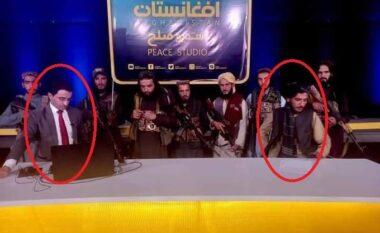 Debati televiziv në Afganistan, drejtuesi i emisionit i rrethuar nga talebanët me kallashnikovë (VIDEO)