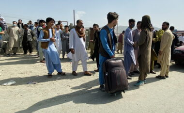 Afganët në Shqipëri nuk erdhën as sot! Kaosi në Kabul po bllokon avionin për Rinas