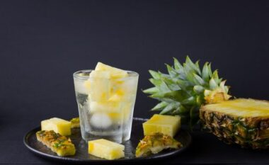 Ujë me ananas: Përfitimet e këtij lëngu të freskët në verë