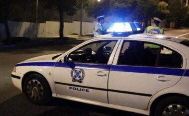 Vjedhje horror në Greqi, grabitësi përplas 52-vjeçaren dhe e tërheq zvarrë me makinë