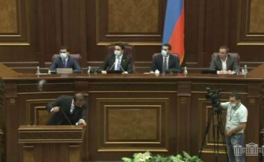 Plas boksi në parlamentin e Armenisë (FOTO LAJM)