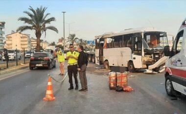 Autobusi me turistë rusë përmbyset në rrugë, tre të vdekur, plagosen 16 persona