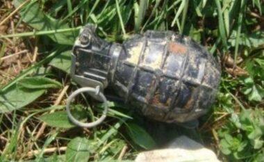 Qytetarët vënë alarmin në Elbasan, gjendet një granatë dore buzë rruge