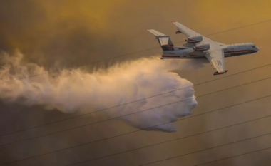 """Greqia e """"pushtuar"""" nga zjarret, ky është gjiganti rus që po shuan flakët (VIDEO)"""